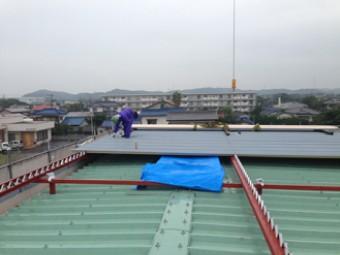 剣先ボルトに屋根を押し付け、穴を開けてボルトで固定