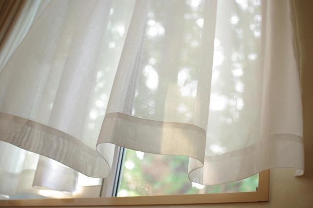写真AC 風に揺れるカーテン