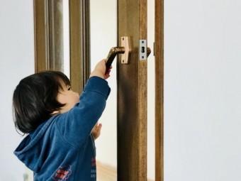 写真AC ドアを開ける子供