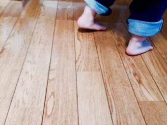 写真AC フローリングと子どもの足