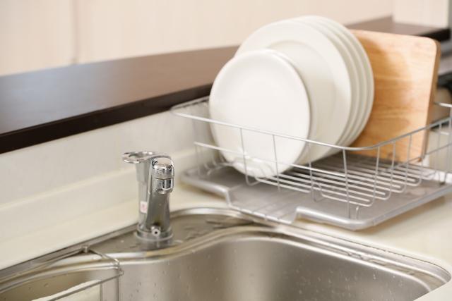 写真AC 水切り棚にある洗い終わった皿
