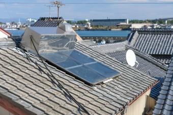 古い太陽熱温水器 屋根 (写真AC)
