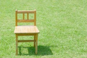 写真AC 芝生に置かれた椅子