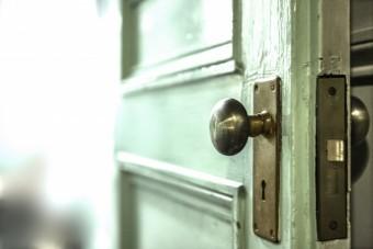 写真AC ドアを開いて 丸ノブ