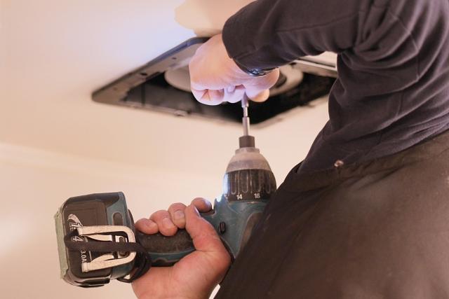 写真AC 浴室換気扇の工事をする電気屋