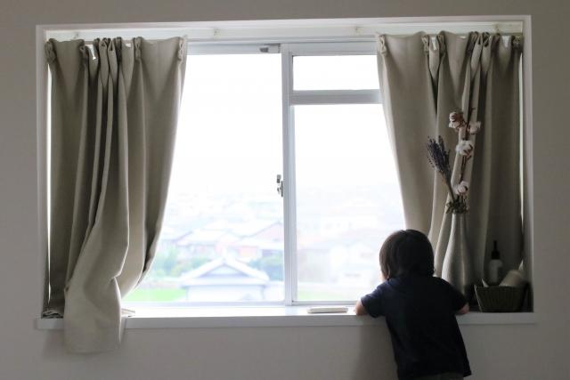 写真AC 窓から外を見る子供