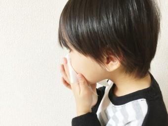 写真AC 鼻をかむ子供