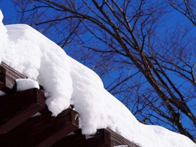屋根に積もった雪(写真AC)