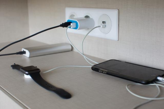 写真AC コンセントでデジタル機器を充電する