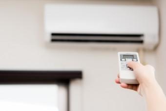 写真AC エアコンのリモコン 冬の室内 暖房器具