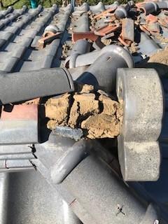 笛吹市 瓦補修工事と合わせた雨樋交換工事を行っています。