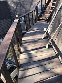 北杜市 別荘のウッドデッキ階段改修工事と再塗装工事の現場です