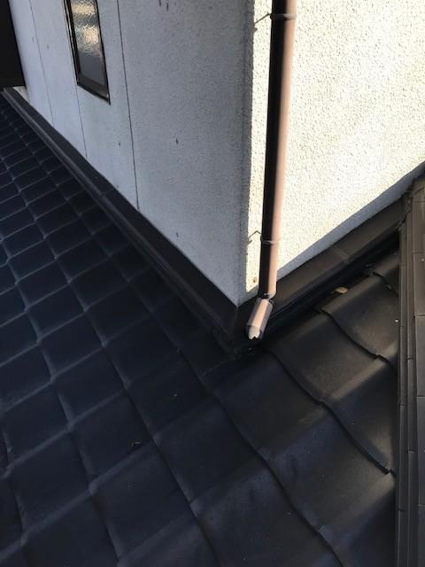 市川三郷町で雨樋交換工事。縦樋の交換作業の様子です。