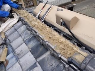 甲府市で瓦屋根の一部葺き替え工事を行っております。