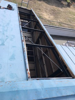 笛吹市で屋根を穴が空いたままだったので至急修理を行います