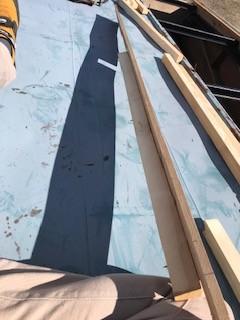 笛吹市のトタン屋根が壊れてしまった現場の野地板張り作業です