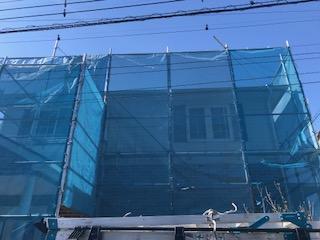 甲府市の屋根・外壁などの塗装工事。足場設置後の様子