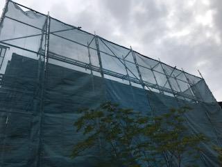 甲府市で屋根塗装工事を行いました。まずは足場設置の様子から