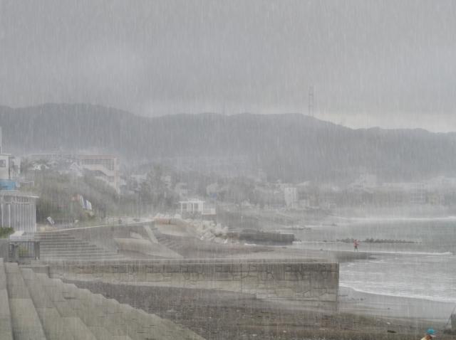 写真AC 雨の砂浜と海