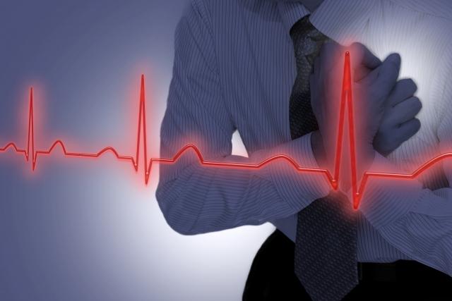 写真AC 胸に手を当てる男性(心電図)