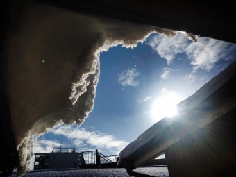 (photoAC:空)軒からせり出した雪