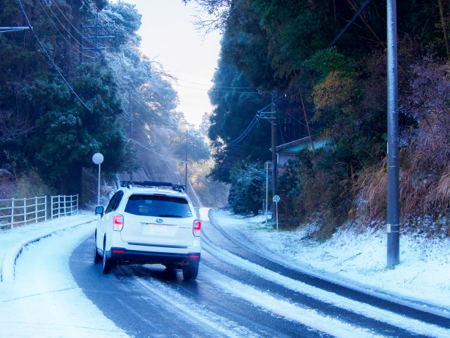 写真AC 早朝の雪道を走る車2