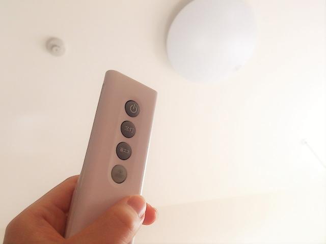 写真AC 蛍光灯とリモコン