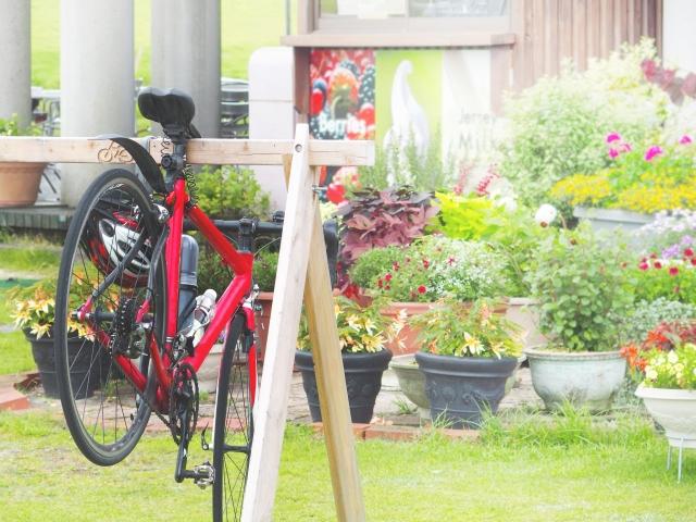 写真AC 赤い自転車と自転車置き場