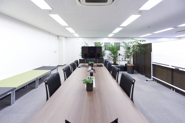 写真AC 緑のあるオフィスの会議室 蛍光灯