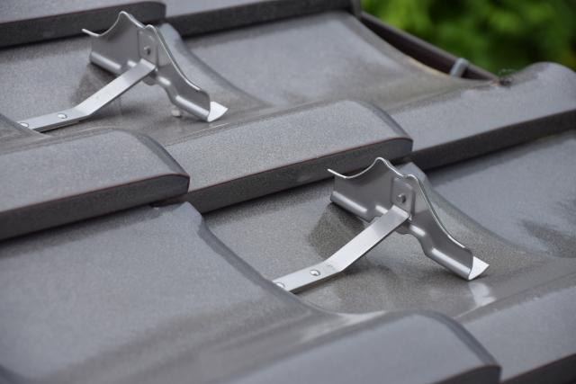 雪とめ金具(写真AC) 瓦屋根
