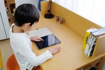 写真AC タブレットで勉強する子供 学習机