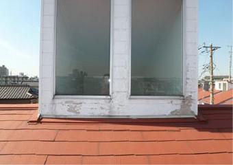 ダメージを受けた窓枠